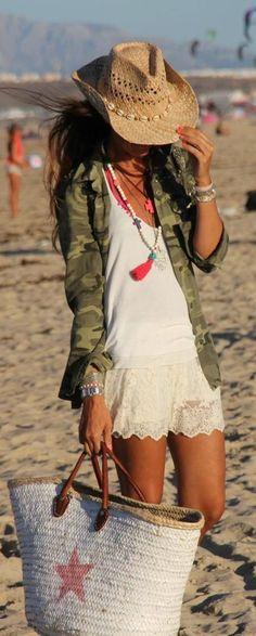 Boho Beach Style El blanco y el toque militar junto al capazo nos dan el look ideal!!!