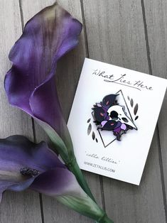 Calla Lillies Raven [Enamel Pin] by Zetallis on Etsy Calla Lillies, Calla Lily, Jacket Pins, Cool Pins, Pin And Patches, Pin Badges, Lapel Pins, Pin Collection, Metal Pins