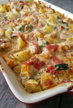 Een heerlijke romige schotel met pesto, groenten, kip en aardappelen. Snijd de aardappelen in blokjes. Snijd de courgette in blokjes. Snijd de ui en de kno