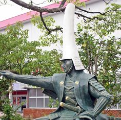 """This is a statue of Maeda Toshinaga which stands in Takaoka city, Toyama prefecture. Maeda Toshinaga (1562-1614) was a samurai warlord who lived from the Azuchi-Momoyama period to the Edo period. He was the first son of Maeda Toshiie and first lord of Kaga domain. Kaga domain was the largest domain in Japan during the Edo period and consisted of Kaga, Noto and Etchu provinces.  This photo shows Toshinaga wearing his """"O-namazuo"""" (""""Great Catfish Tail"""") helmet. The actual helmet still exists…"""