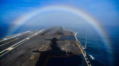 En algún lugar bajo el arco iris: El USS John C. Stennis navega a través de un arco iris en el Océano Pacífico según muestra esta foto de la US Navy