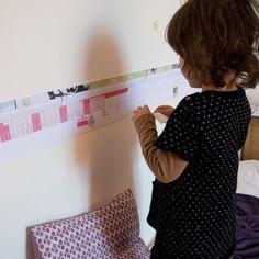 La Poutre du temps - C'est un matériel Montessori qui permet à l'enfant d'avoir une représentation visuelle d'une année. C'est l'occasion de donner à comprendre le déroulement de l'année avec les saisons, les mois, les semaines et les jours.Elle est généralement très longue (entre 5 et 7 mètres) et c'est important car cela donne à l'enfant l'idée que l'année est longue par rapport à 1 jour ou 1 semaine.