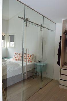 porte coulissante en verre transparent dans la chambre à coucher
