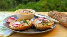 Bryndzová pomazánka Salmon Burgers, Cheesecake, Appetizers, Ethnic Recipes, Spreads, Food, Red Peppers, Cheesecakes, Appetizer