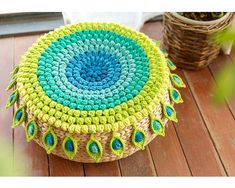 Shereo's crochet pattern+video tutorial of green Peacock feather cushion Peacock Crochet, Crochet Pouf, Crochet Mandala Pattern, Crochet Cushions, Manta Crochet, Crochet Pillow, Crochet Art, Crochet Gifts, Crochet Stitches