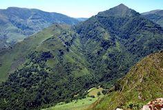 En las laderas de Artzamendi se despeña la mirada en el mirador de Itxusi. Hasta donde alcanza la mirada, la presencia humana solo se advierte en algunos dispersos caseríos, algunos senderos desdibujados, o con la visita inusitada de algún observador de aves o algún trotamundos que se aventura por estas soledades. Aritzakun a nuestros pies, parecen de juguete las vacas y los senderos allí abajo, y frente a nosotros, la pirámide de Irubetakaskoa como un inaccesible monumento a la Madre Tierra.