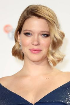 Lea Seydoux's short bob is chic, cool and extremely stylish. Especially when she pairs it with this rosy lip! Hot Hair Styles, Curly Hair Styles, Short Blonde, Short Hair, Lea Seydoux Style, French Girls, Mini Tattoos, Soft Classic, Celeb Style