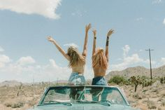Dreamy and timeless photographs of fashion and beauty captured by Asher Moss. Asher Moss is a professional photographer who works for a variety of clients Instagram Selfies, Bff, Video Romance, Vibes Tumblr, Ray Bans, Videos Photos, Paradise Travel, Vibe Video, Family Beach Pictures