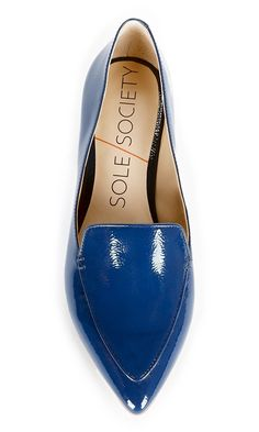 Timeless and polished smoking slipper with a pointed toe