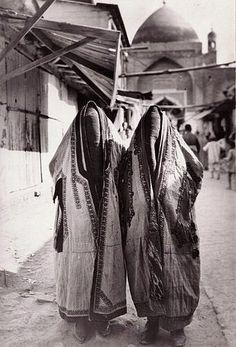 Самые популярные тэги этого изображения включают: Wearing Paranjas and covered totally (Pharyah)