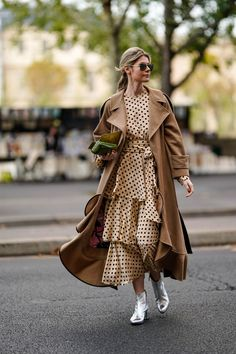 These Pretty Fall Polka Dots Outfits That Will Make You Look Fancy This Season will definitely boost your inspiration and will show you how to wear them with style 2020 Fashion Trends, Fashion Week, Modest Fashion, Fashion Outfits, Mode Cool, How To Wear Blazers, Mode Simple, Looks Chic, Mode Hijab