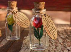 É sempre bom presentear e agradecer com uma flor, porém infelizmente elas não duram muito...que tal dar uma flor de uma forma diferente?    Lembrancinha feita em potinho em vidro com rolha de cortiça, e uma mini florzinha em feltro feita a mão. Pode ser usada como lembrancinha de maternidade ou o que você quiser! O cartãozinho pode ser feito com a frase que preferir e até outro formato ou cor! Podemos fazer as florzinhas de várias cores ou apenas de uma, de acordo com sua preferência!    ...
