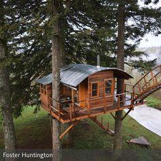 Kindheitstraum erfüllt: Gemeinsam mit seinen Freunden hat der US-Blogger und Fotograf **Foster Huntington** in Skamania, Washington ein aufwendiges Baumhaus in …