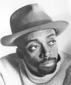 """Shelton Jackson """"Spike"""" Lee, est né le 20 mars 1957. Spike Lee est un talentueux touche à tout, réalisateur, producteur, scénariste, et acteur américain. Sa société, 40 acres &A Mule filmworks a produit pus de 35 films depuis 1983. Ses sujets de prédilections..."""