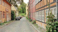 """Amagergade på Christianshavn. Gaden hvor """"Huset på Christianshavn"""" blev filmet. Rottehullet ses til venstre"""