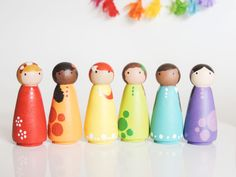 Rainbow Wooden Peg Dolls- Little Wooden People – Peg Doll Set- Waldorf Natural W… Regenbogen Holz Peg Dolls – kleine hölzerne Leute – Peg Doll Set – Waldorf Natural Wood Toy Wood Peg Dolls, Clothespin Dolls, Wood Toys, Wooden People, Kids Wood, Wooden Pegs, Doll Crafts, Diy Toys, Diy Gifts