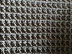 Karklud i enkel vaffelmønster Den er hæklet i enkelt bomuldsgarn 8/4 på nål nr 3. Den er hæklet i enkel vaffelmønster. Du finder forklaring på mønsteret HER Den er ikke ens på begge sider men lækker alligevel, og dejlig vamset. Der er brugt ca. 60 g Den måler 28×28 cm ca. Slå 76 lm op. Siderne bliver hellere ikke ens, men super vamset og helt perfekt til klude og lign.Forside Bagside Mønsteret er deleligt med 3+4 Slå dine ønskede luftmasker op Lav 1 stgm i 4. lm fra nålen, og derefter ...