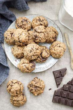 Super lecker und gesund! Ein einfaches Rezept für vegane Schoko-Cookies mit Dinkelmehl, Haferflocken, Leinsamen, ungesüßtem Apfelmus, Kokosöl und natürlichem Rohrohrzucker. Und das Wichtigste: sie schmecken super!