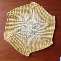 Individual em crochet,feito em linha de algodão,com duas cores.