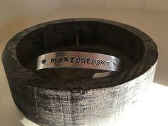 Aluminium armband met handgestempelde tekst door Moniquebyme Jewelry