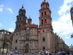 Iglesia San Lorenzo de Carangas.  Es un iglesia ubicada en la ciudad de Potosí, Según historiadores fue llamada antiguamente La Anunciación y junto con la iglesia de Santa Barbara fueron las primeras iglesias construidas en la ciudad.
