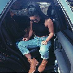 Ella esta llevando una camiseta negro. Ella esta llevando un par jeans azul…