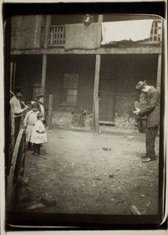 Lewis Hine photographing children, ca. 1910
