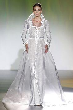 novia vestido boda blog isabel zapardiez capa chubasquero plumas 5ee85c5aefc