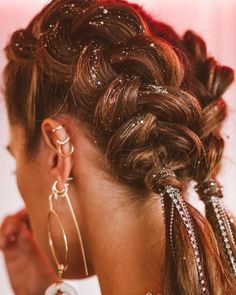 Coachella Hair Braided jewels – Fitness GYM You are in the right place about Coachella photoshoot Here we offer you the most beautiful pictures about the Coachella roupas you are looking for. When you examine the Coachella Hair Braided jewels –[. Coachella Makeup, Coachella Hair, Coachella Style, Cool Braid Hairstyles, Pretty Hairstyles, Festival Hairstyles, Beauty Society, Hair Day, Hair Looks