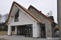Eigentijdse pannengedekte villa met stucwerk en donkere kozijnen te veenendaal 01architecten - Buiten villa outs ...