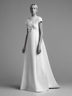 See the complete Viktor & Rolf Bridal Fall 2018 collection.