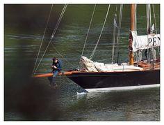 #Bretagne - #Finistere - Belle Plaisance 2012 - sur l' #Odet à travers l'ajonc :  depuis le Saut de la pucelle dominant de 20 m (?) l'Odet à Rossulien : photographe sur le bout-dehors de Pen-Duick