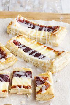 Vanilja-hilloviinereistä ei enää leipominen voi helpottua. Ja mikä maku! 1. Levitä lehtitaikinalevyt leivinpaperilla peitetylle uunipellille s… Tasty Pastry, Savory Pastry, No Bake Desserts, Delicious Desserts, Dessert Recipes, Impressive Desserts, Sweet Pastries, Let Them Eat Cake, Yummy Cakes