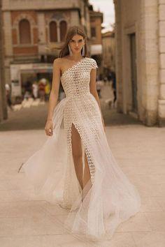 The #BERTA Privée effect Dream Wedding Dresses, Designer Wedding Dresses, Evening Outfits, Evening Dresses, Foto Pose, Dress Silhouette, Floor Length Dresses, Bridal Collection, Wedding Styles