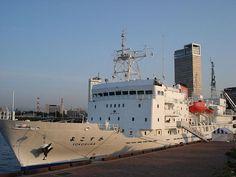 よこすか(Yokosuka)。日本に本部を置くJAMSTEC(海洋研究開発機構)に導入された海底調査などのサポートに対応する船舶の一つ。ディープ・トウ(Deep-tow)などの無人システムを搭載できる。航海速力は約16ノット。
