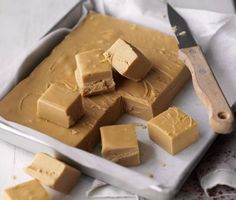 My dad is a fudge fanatic. His favourite fudge is crumbly and sweet. This is the best recipe I could find for making crumbly fudge. Candy Recipes, Sweet Recipes, Baking Recipes, Dessert Recipes, Uk Recipes, Yummy Recipes, Coconut Dessert, Oreo Dessert, Coconut Milk