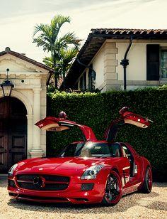 Une Mercedes SLS rouge et bien brillante ! Une belle Allemande qui en a sous le capot. #Mercedes #voiture #luxe