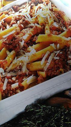 """.Oggi saziamoci con un bel piatto di Ziti al Ragù di Carne conditi con un sugo denso e corposo come questo Ragù. Gli Ziti sono una pasta della tradizione Gastronomica Napoletana, infatti a Napoli la donna che si sposa è chiamata """"Zita"""" e proprio i Ziti, lunghi tubetti,   #Polpa di Manzo #Ragù #Ragù di Carne #Ziti"""