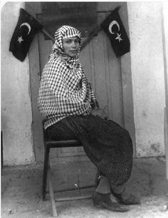 Türkiye'nin ilk kadın muhtarı, Gül Esin. 1933.  Bu tarihte Fransa, İtalya, Japonya, Çin gibi gelişmiş ülkelerde kadınların oy kullanma hakkı dahi yoktu.