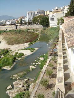 Muraille. Pour contempler les restes de la première muraille, on vous conseille de traverser le pont sur la rivière du Serpis. On accède ainsi aux jardins du Parc d'Ausiàs Marc où tous les samedis se déroule le marché aux puces.