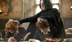 Alan Rickman as Severus Snape grabbing the heads of Rupert Grint as Ron Weasley and Daniel Radcliffe as Harry Potter. Harry Potter World, Mundo Harry Potter, Harry Potter Movies, Harry Potter Ron And Hermione, Harry Potter Professors, Hermione Granger, Alan Rickman, Daniel Radcliffe, Hogwarts