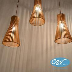 De Cone lamp is het resultaat van een samensmelting tussen technologie en natuur.  Door middel van een precisie lasercutter worden houten latjes uitgesneden en vervolgens handmatig in een rond patroon verlijmd. Deze lamp zal uw woning vullen met een warme, gezellige lichtkleur.