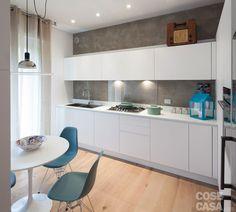Cucina bianca boffi, anta laccata opaca e parete grigio cemento