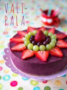 Julkaisin viime viikolla välipalakakun reseptin, jonka ideana oli tarjota terveellinen, proteiinipitoinen huikopala kakun muodossa. Proteiinijuomineen ja valkuaisineen kakku oli suunnattu urheileville aikuisille. Kinuskikissan Facebook-sivulla toivottiin lisää välipalakakkuja - ja erityisesti lapsille suunnattua versiota. Lähelle samaa päästiin jo vuosi sitten smoothie-kakun kanssa. Myös vihersmoothie-kakku kannattaa pitää mielessä, vaikkakin lapset saattavat vieroksua vihreää väriä. Omien…
