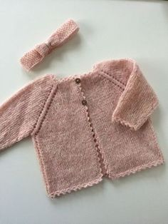 Strikket babycardigan Knitted Baby Cardigan, Knit Baby Sweaters, Girls Sweaters, Baby Knitting Patterns, Baby Patterns, Baby Hats Knitting, Knitting For Kids, Baby Barn, Crochet Bebe