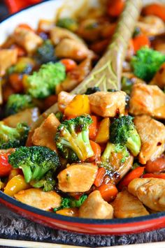 easy Chicken Stir Fry recipe is loaded with fresh veggies and the most delicious sauce made with honey, soy sauce, and toasted sesame oil! This healthy recipe takes 20 minutes to make and will wow your family with it's amazing flavor! // Mom On Timeout Easy Chicken Stir Fry, Easy Chicken Recipes, Recipe Chicken, Soy Sauce Chicken, Chicken Stirfry Recipes, Chicken Vegetable Stir Fry, Fried Chicken, Broccoli Recipes, Chicken Recipe With Sesame Oil