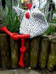 Es gibt bei uns im Norden ein ganz spezielles Huhn - das dänische Huhn. Dorthe Jollmann, eine Dänin, hat mit ihren Büchern für Ausbreitung dieser Hühnerart gesorgt. Ganz schnell wurde es hier zum Lieblingshuhn ernannt. In vielen Haushalten sitzt es zur Freude aller ständig auf Regalen, dem Schrank oder der Fensterbank.    Ende der 90er Jahre habe ich es in meinen Kursen nähen lassen ...