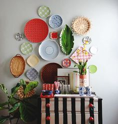 Plate wall art- 20 Amazing DIY Wall Art Ideas Perfect for Your Home Decoration Plate Wall Decor, Wall Plates, Hanging Plates On Wall, Diy Home Decor, Room Decor, Plate Display, Blank Walls, Diy Wall, Wall Art