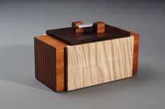 Kauhaus 83 has a selection of hand crafted wooden accessories by Raymond Bock, including boxes, bowls, and accessories for you table and desk. Small Wooden Boxes, Wooden Jewelry Boxes, Small Boxes, Wood Boxes, Woodworking Box, Woodworking Projects Diy, Wood Projects, Wooden Box Designs, Woodworking Inspiration