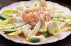 Cocinar los camarones al vapor o sartenearlos apenas en un poco de aceite.Armar disponiendo las hojas de endivias en una fuente